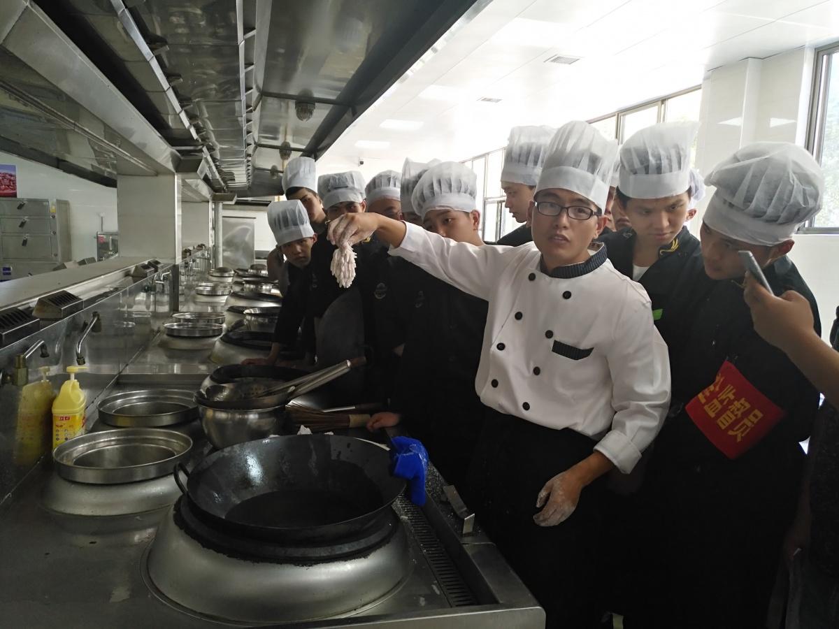 规范专业的烹饪实训室.jpg
